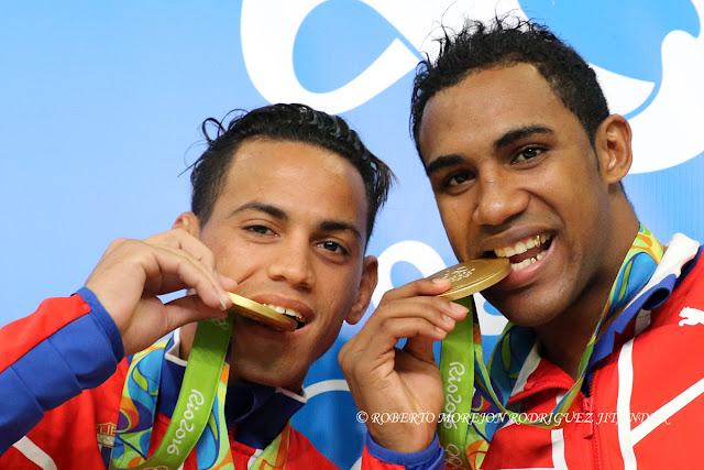 Los cubanos Robeisy Ramírez (I) de Cuba, y Arlen López (D) ganadores de la medalla de Oro en el boxeo de los Juegos Olímpicos de Río de Janeiro, en el Pabellon 6 del Centro de Convenciones Riocentro, en Barra de Tijuca,  Brasil, el 20  de agosto de 2016.