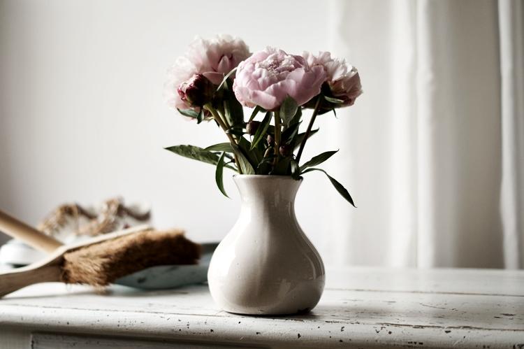 gefüllte Päonien in einer shabby-weißen Vase { by it's me! }