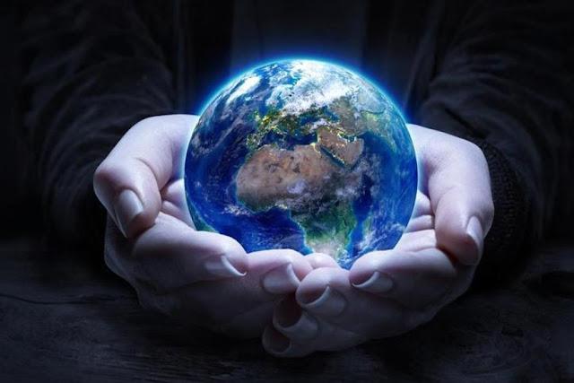 globe dunia dalam genggaman tangan