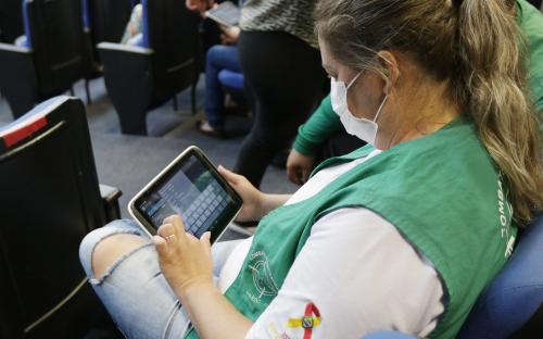 Agentes de combate a endemias de Toledo treinam o uso de nova ferramenta de trabalho