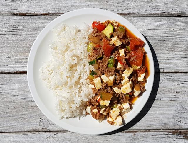 Rezept für schnelle Zucchini-Tomaten-Hack-Pfanne mit Feta. Das Familiengericht schmeckt mit Reis, Nudeln, Fladenbrot, Kartoffeln und Baguette.