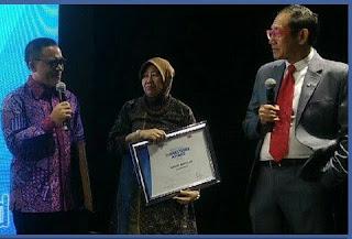 Bupati Anas raih Regional Markeeter Award 2016.