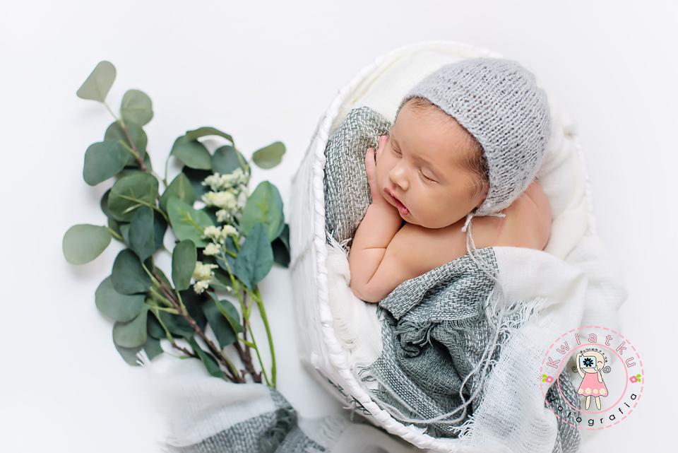 noworodek w szarej stylizacji