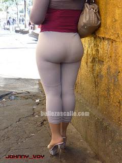 Mexicana curvas sabrosas marcando tanga calzas entalladas