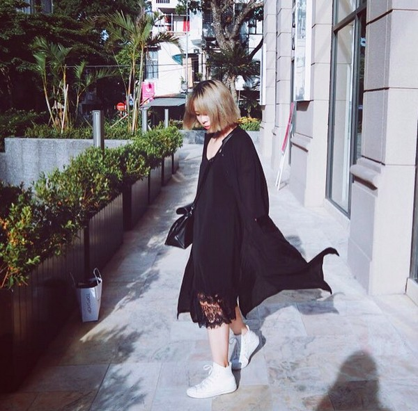 Xem mỹ nữ việt chọn giày Sneaker đế cao bắt cặp hoàn hảo cùng váy h16è