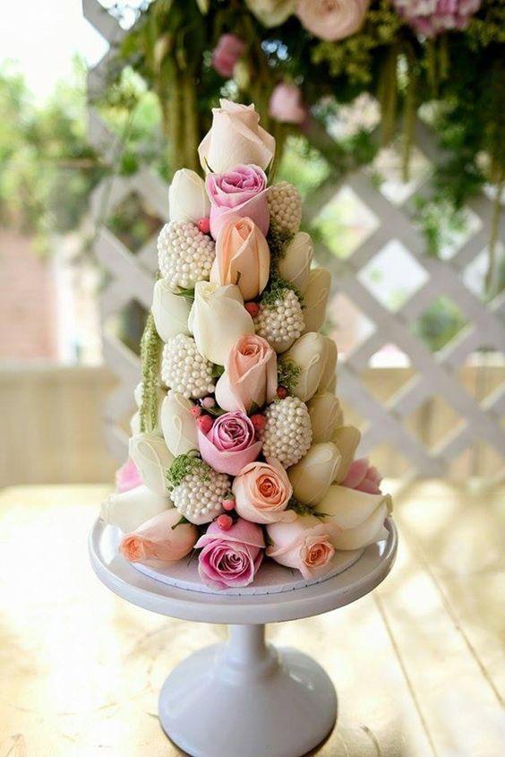 de chocolate blanco y decorado con flores