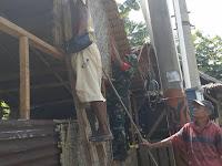 Membantu Warga Kurang Mampu, Babinsa Koramil 05/Salapian Turun Langsung Membangun Rumah Warga Desa Ujung Teran