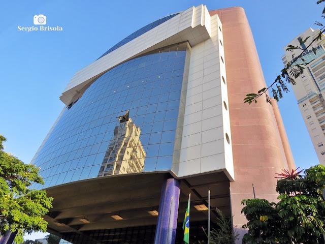 Perspectiva inferior da fachada do Sesc Pinheiros - Pinheiros - São Paulo