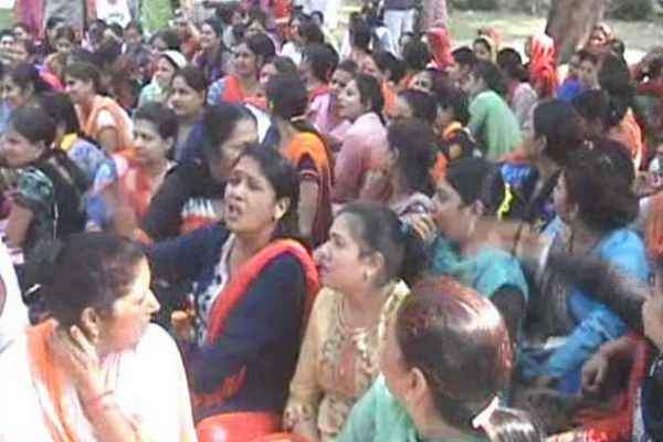 faridabad-news-nhm-workers-started-protest-in-bk-hospital
