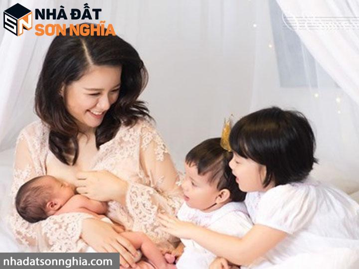 MC Minh Trang là một trong số ít người nổi tiếng có 4 em bé ở tuổi 32