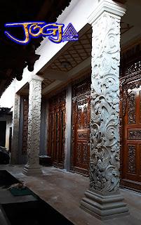 Tiang pilar full ukiran bentuk kotak yang dibuat dari batu alam paras jogja atau batu putih pesanan dari purwodadi perbatasan blora jaw tengah.