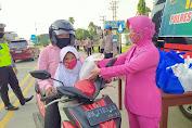 Polwan dan Bhayangkari Polres Tebo Bagi-bagi Takjil Kepada Pengguna Jalan