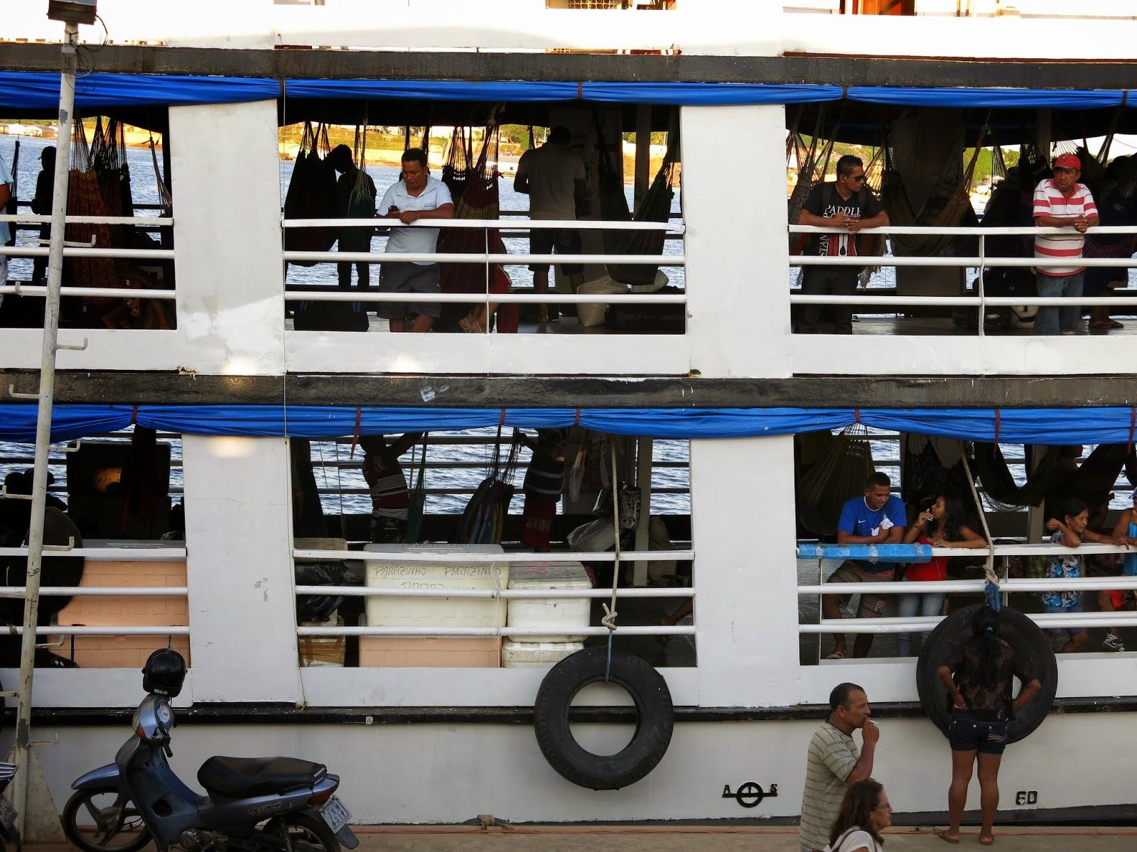 Viagem em barco comunitário pelo Rio Solimões, entre Tefé e Manaus.