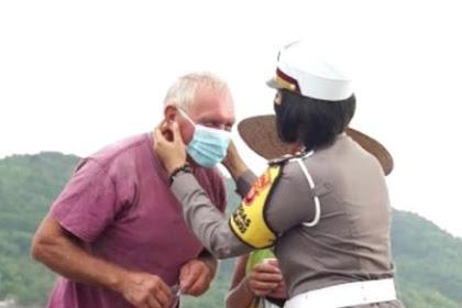 Personel Operasi Lilin Rinjani Polda NTB Tegur Wisatawan yang Tak Gunakan Masker