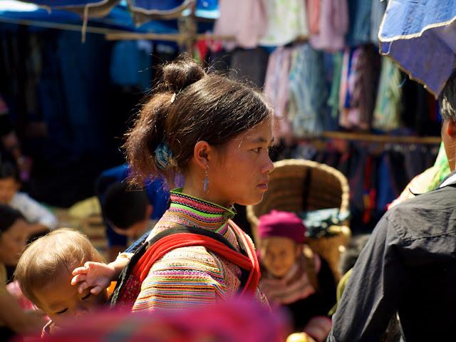Mujer con niño en el mercado de Bac Ha
