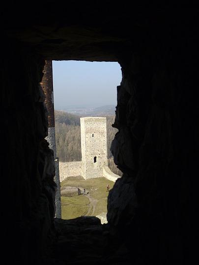 Przez okienko wschodniej wieży na basztę przy zachodniej furcie