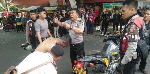 Bukan Tiga, Polisi Yang Terbakar Karena Dilempar Bensin Oleh Mahasiswa Jadi Empat Orang