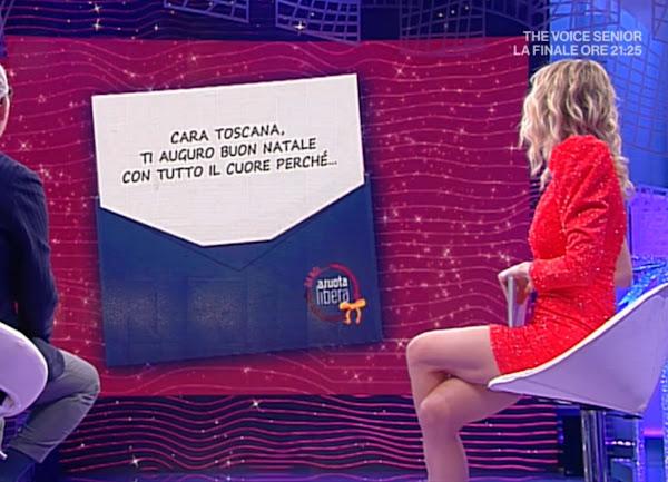 Francesca Fialdini conduttrice vestito rosso seduta cosce