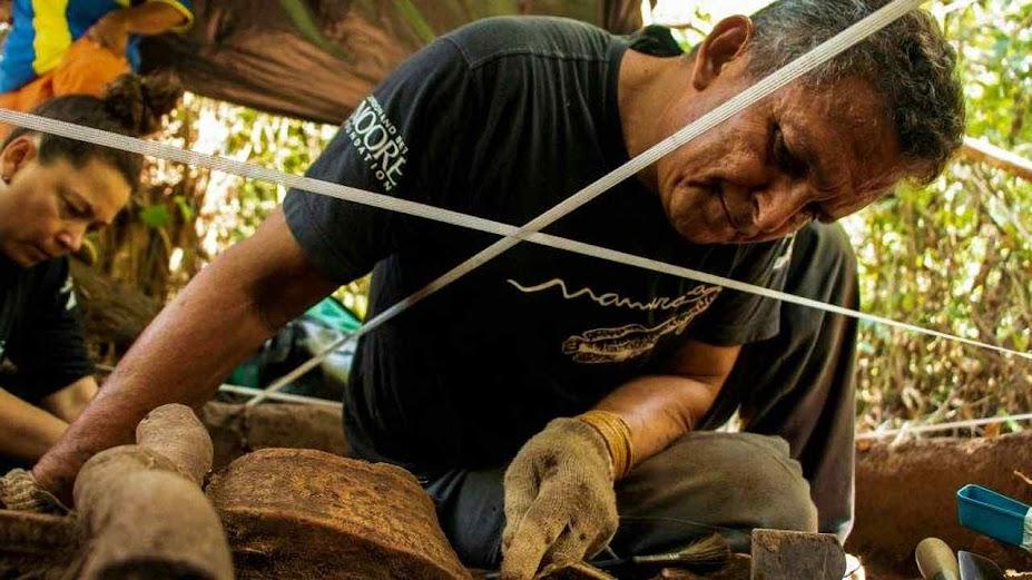 Arqueólogo examina uma tigela antiga descoberta durante escavações na Floresta Nacional de Tefé, no coração da Amazônia brasileira. Instituto Mamirauá