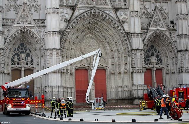 Valószínűleg szándékos gyújtogatás miatt tűz ütött ki a nyugat-franciaországi Nantes székesegyházban