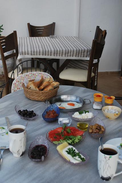 Ayvalıkta kahvaltı sofrası