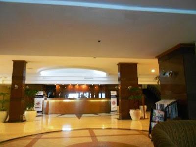 lobi makassar golden hotel