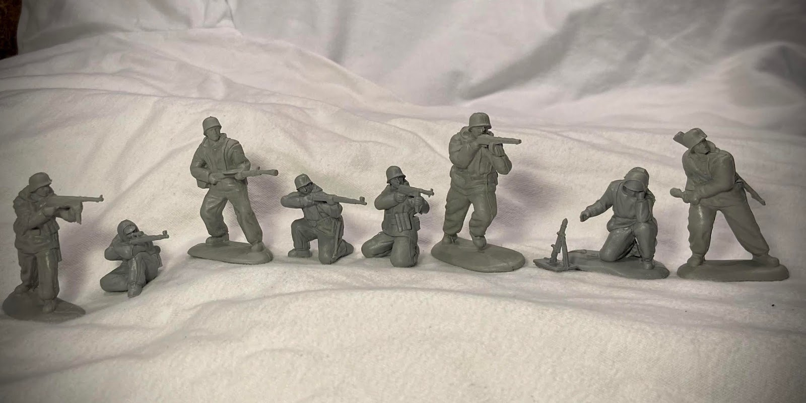 Toy Army Men and War Scene Hard Molded Plastic 15 Piece Set Mid 1960/'s Allied and German Figures Realistic Detail
