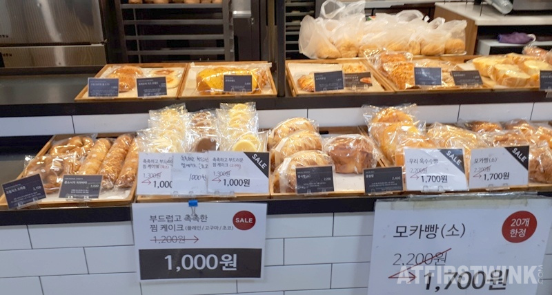 bread & co. shop in Jongno 3-ga metro station discounted bakery goods