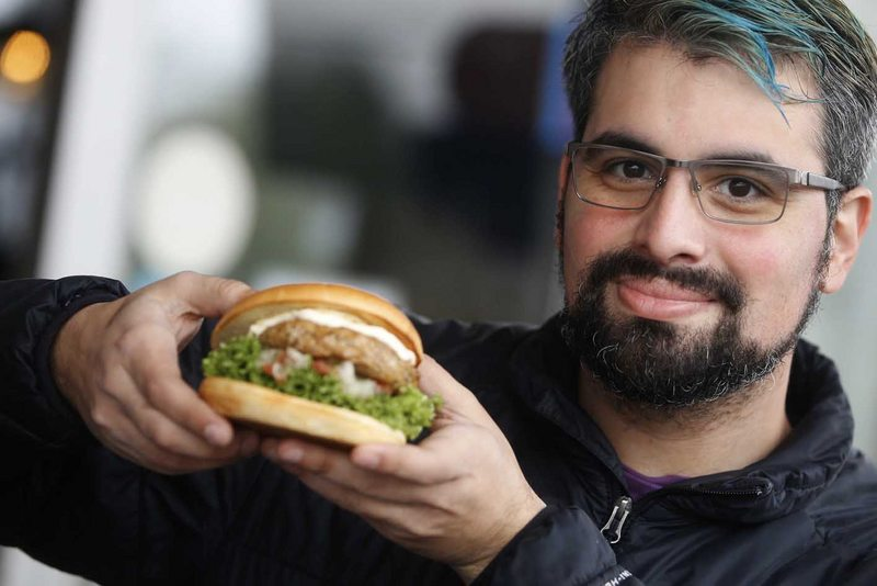 Vardoc se la juega vendiendo hamburguesa de longaniza a domicilio