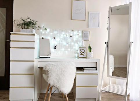 Biała toaletka, zdjęcia - o tym jak zorganizowałam sobie biuro. Toaletka Ikea Malm.