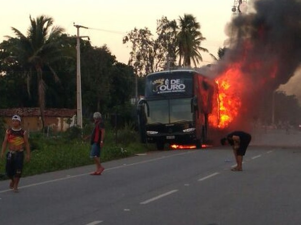 Ônibus de banda de forró incendeia em Paracuru-CE