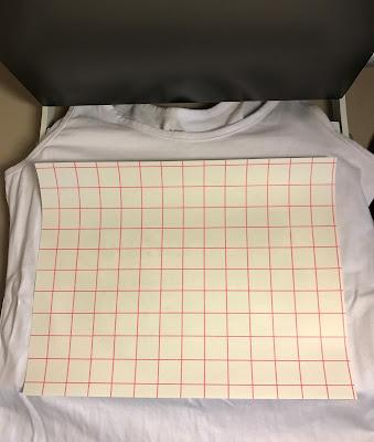 Applicera och pressa Silhouette utskrivbar vinyl för ljusa textiler