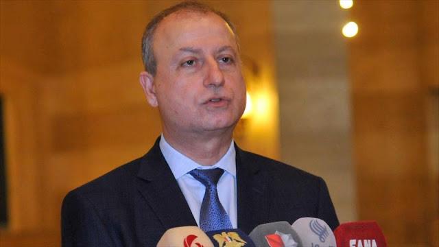 El ministro del petrólero sirio, Ali Ghanem, habla con la prensa.