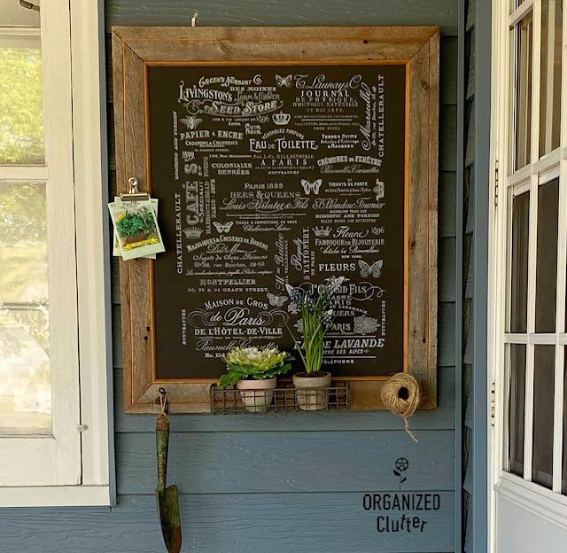 Foto de uma transferência de decoração de jardim emoldurada em madeira de celeiro.
