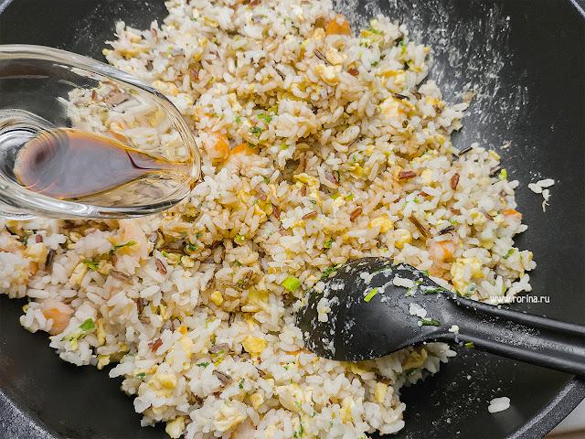 Рис с соевым соусом в воке: фото