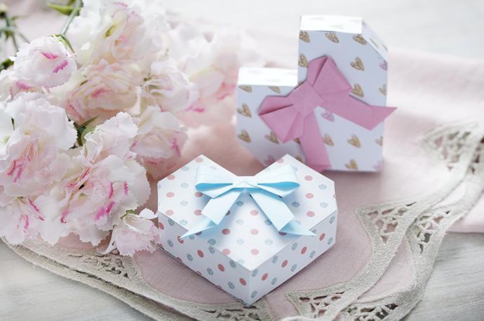 2 Schachteln in Herzform mit kleinen Papierschleifen