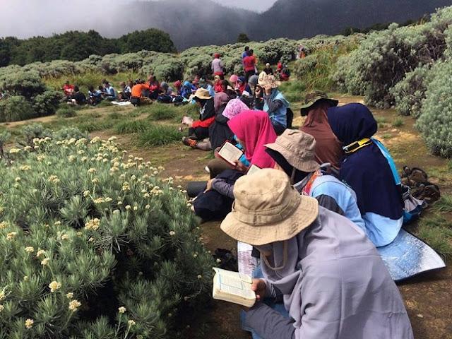 300 anggota ODOJ Bekasi mendaki gunung Papandayan Garut, Jawa Barat sambil membaca Al-Quran