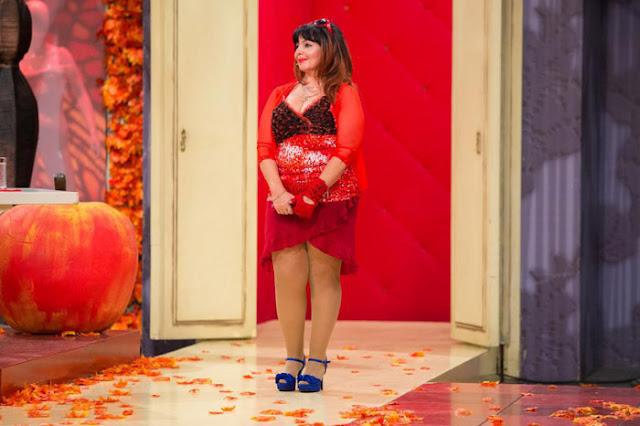 Женщина за 50 в вульгарной красной юбке с декольте