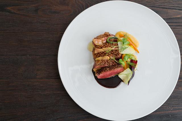 Maigret de pato, foie gras, texturas de maças e molho de Graham's Six Grapes