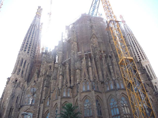 Собор «Саграда Фамилия» попроекту Антонио Гауди облеплен строительными кранами