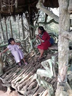 Mariza dan Citra di Rumah Joglo, Goa Pinus, Pujon, Batu