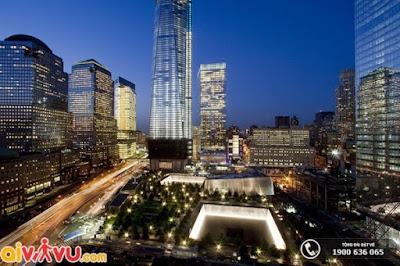 Bảo Tàng Tưởng Niệm 11/9 được bao quanh bởi những tàn tích của Trung Tâm Thương Mại Thế Giới.