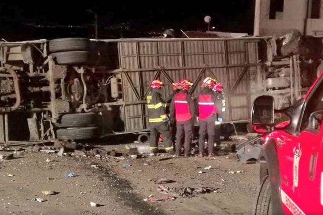 Venezolanos y colombianos entre 23 muertos en accidente de bus en Ecuador