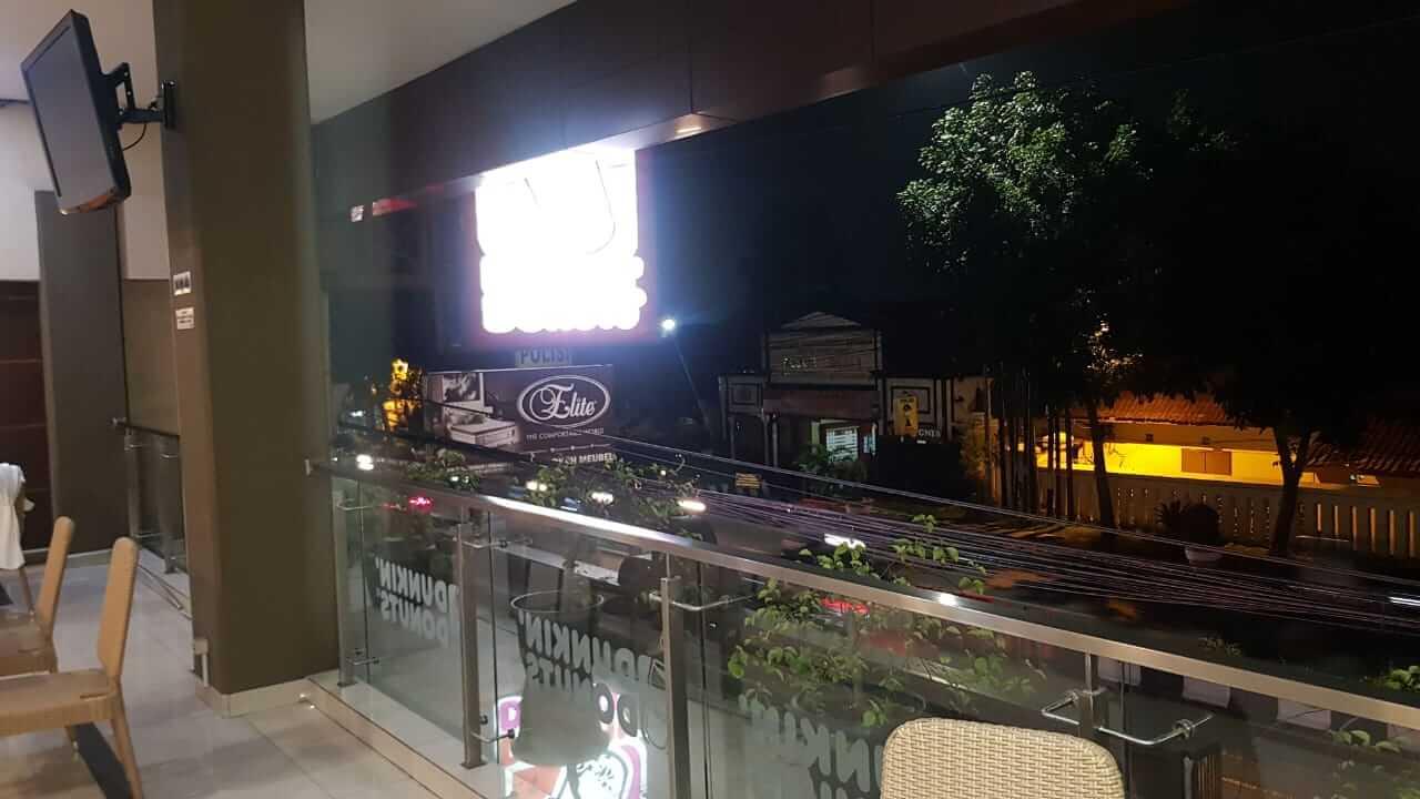 balkon Dunkin Donuts Cibaba Cimahi pinggir jalan besar persis