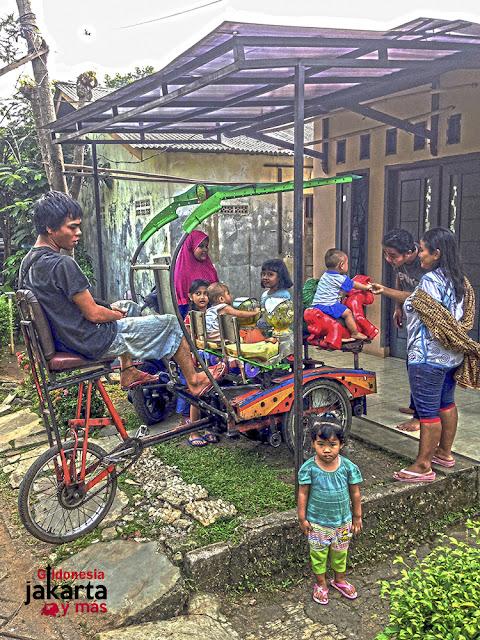 Un tiovivo rudimentario en Yakarta