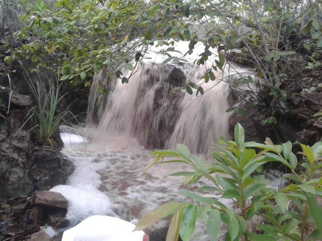 Cachoeira do 'S' no município de Andaraí ficou cheia com as águas da chuva (Foto: Homero Vieira)