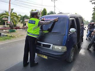 Kasat Lantas Polres Bone Himbau Warga Selalu Pakai Masker Dan Pasang Sticker Di Kendaraan Umum