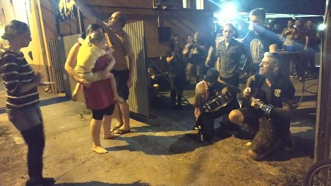 A bejáratnál játszott egy dalt a Junkies egy családnak, akiknek nem volt védettségi igazolványuk (videó)