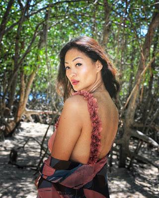 Indah Kalalo pamer kulit mulus eksotis saat liburan