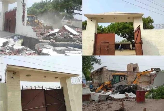 यूपी: विकास दुबे की जिस जेसीबी ने पुलिस का रास्ता रोका उसी से तोड़ा गया किलेनुमा घर, देखें तस्वीरें